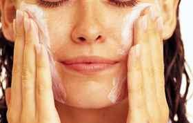 наносить маску пленку лицо
