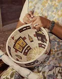 Простое и элегантное плетение из газет