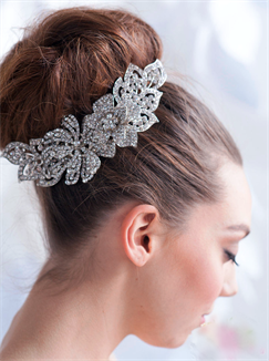 Обратите внимание на свадебные прически на средние волосы с фатой: фото 2015 года выложены ниже. В данной подборке представлены различные варианты свадебных