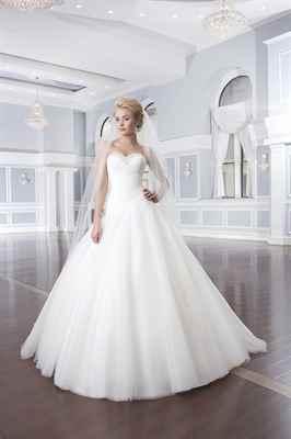 Комментарий: Пышные свадебные платья 2015 года специалисты разделяют на несколько основных видов: платья А-силуэта, платья со шлейфом, короткие пышные