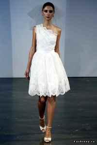 Конечно же, такое платье должно гармонировать с самим торжеством и подходить к костюму жениха