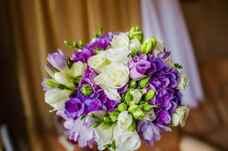 Самым популярным остается небольшой круглый букет, украшенный на ножке тканью, кружевом, брошкой. Главными цветами свадебной стилистики являются синий
