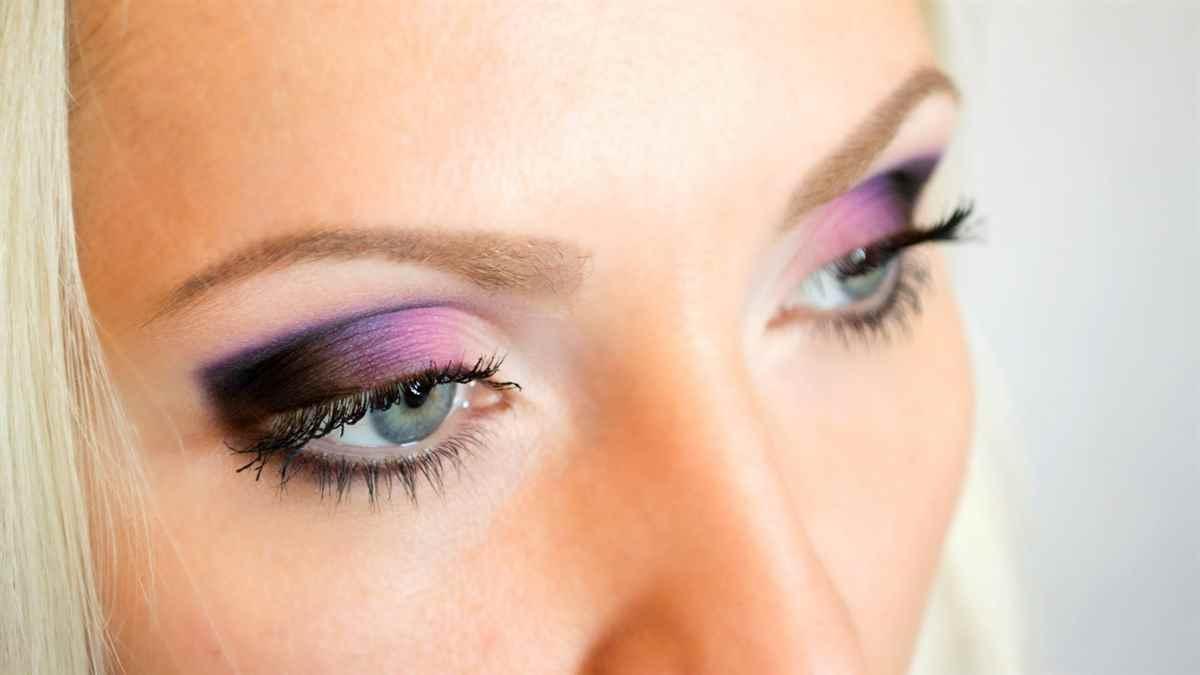 Макияж для карих глаз к розовому платью фото