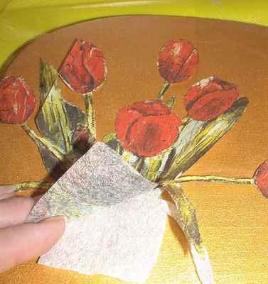 как приклеить фрагмент салфетки к декорируемому изделию