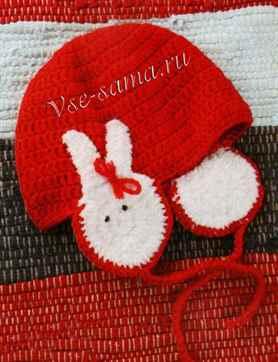 Красная шапка крючком с зайчиками