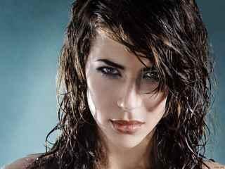Прическа лесенка на средние волосы с челкой