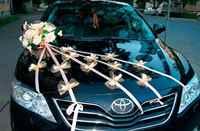 Украшение на свадебную машину из атласных лент