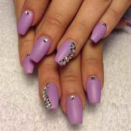 Сиреневые ногти со стразами