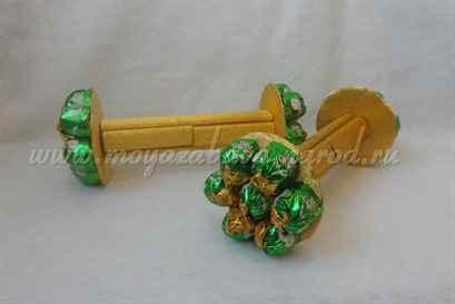 Гантеля  из конфет  своими руками фото