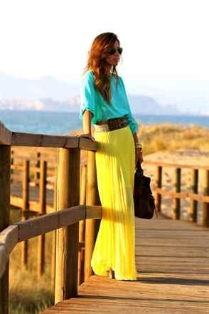 Жёлтых юбках девушки лёгких летом в