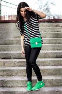 Фото красивых девушек брюнеток в кедах и в штанах — 11