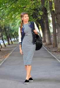 01e9af5720c С чем носить платье в полоску  длинное или миди